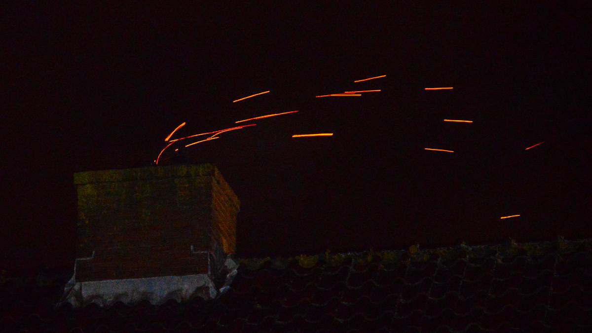 Nh vonken slaan uit schoorsteen in beverwijk - Centraal geschorste schoorsteen ...