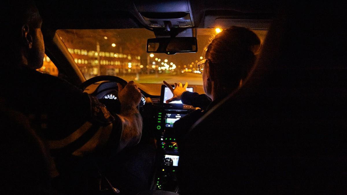 Wilde politieachtervolging eindigt in aanrijding en nekklachten.