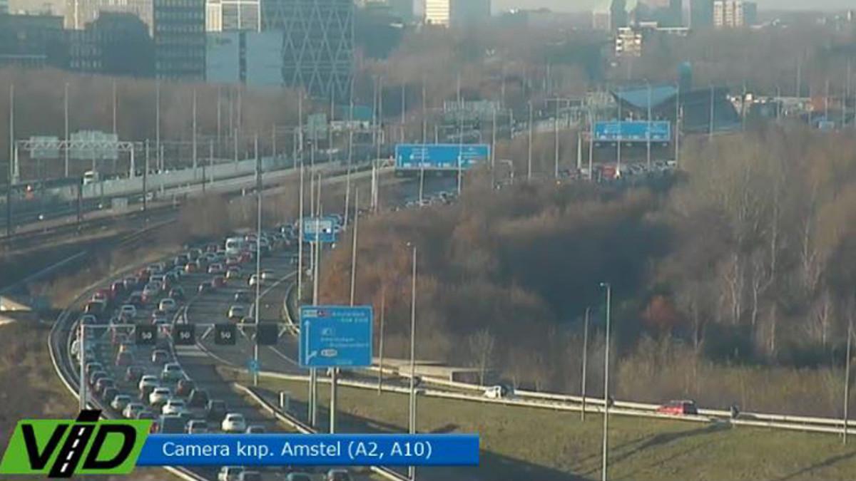 Verkeer op A10 staat vast door ongeluk.