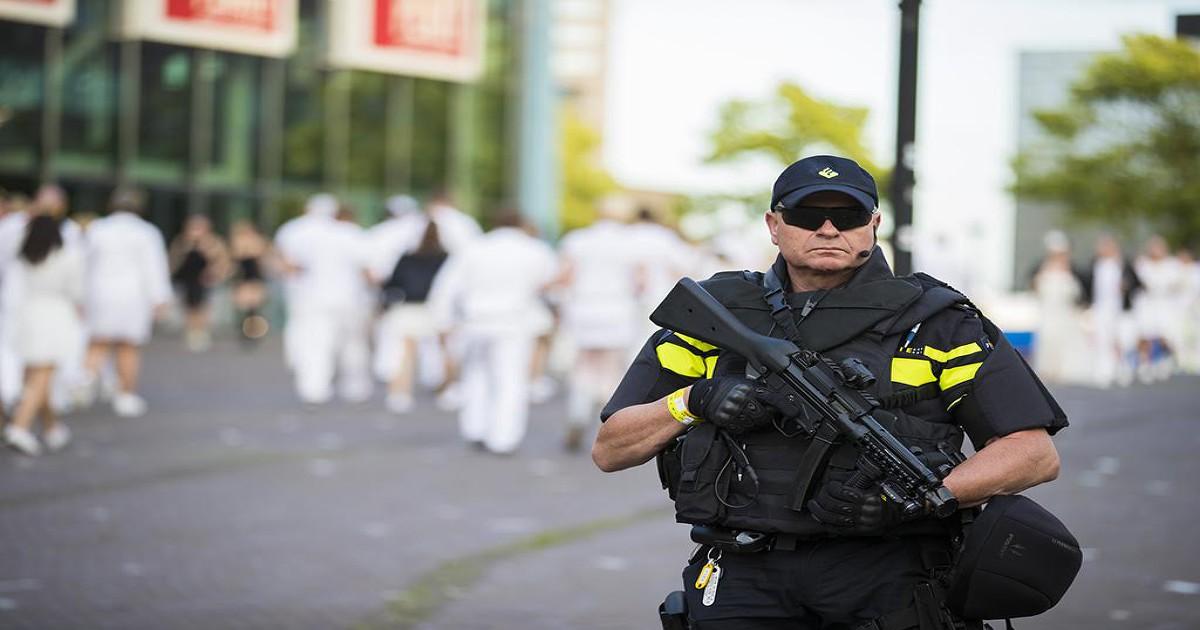 Zwaarbewapende agenten in en om Amsterdam Arena voor Sensation - NH Nieuws