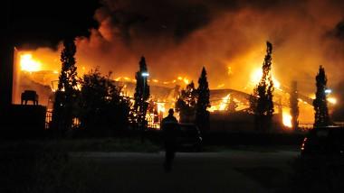 Uitslaande brand in Bergen: deel van sportcentrum ingestort